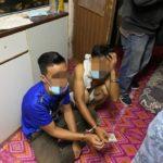 拥有毒品的2名嫌犯而遭警方逮捕。
